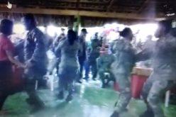 (Video) Los «guardias regaos», bailando bachata…