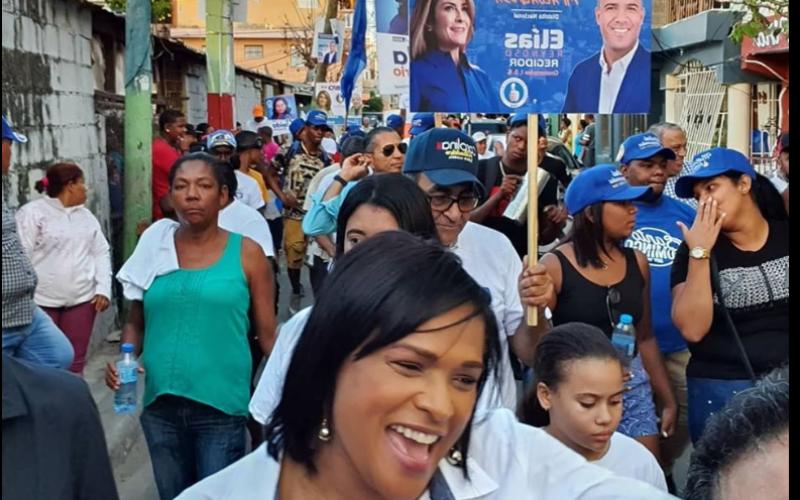 Diulka Pérez metida en las entrañas del pueblo buscando su diputación… Se le vio este viernes por «Los Kilómetros» de la Sánchez