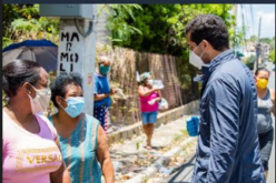 Omar Fernández, el hijo de Leonel, repartiendo ayuda alimenticia en sectores populosos de la Capital