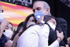 Hija de Luis Abinader a su papá presidente: «Estar en la posición más alta de una burocracia no te hace la persona con más poder»