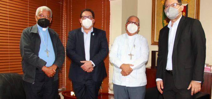 Monseños Benito Ángeles, rector UCSD, y doctor Mario Lama, director Servicio Nacional de Salud, sostienen encuentro