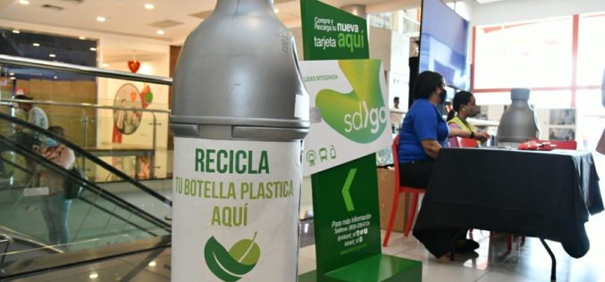 Donan tarjetas de pasajes del transporte público para promover el reciclaje